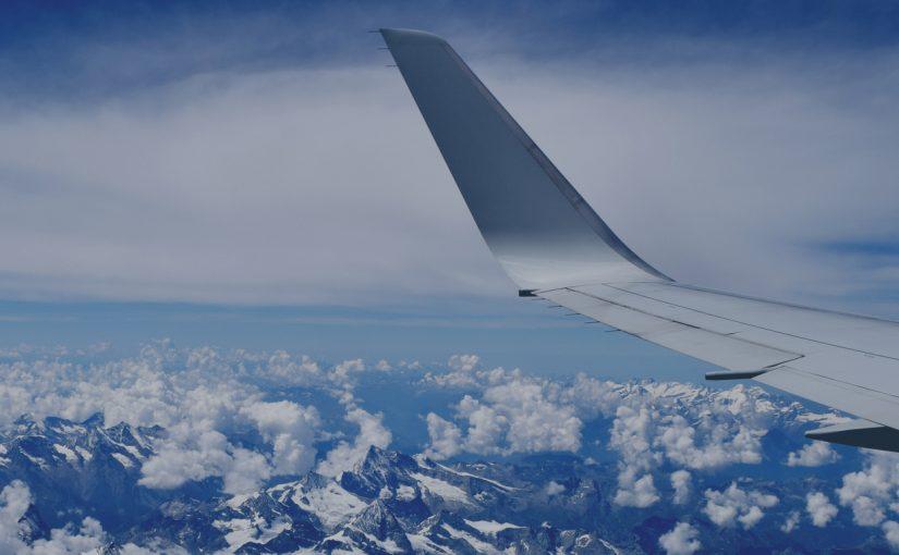 Pemandangan dari tingkap pesawat ke pergunungan, sayap pesawat